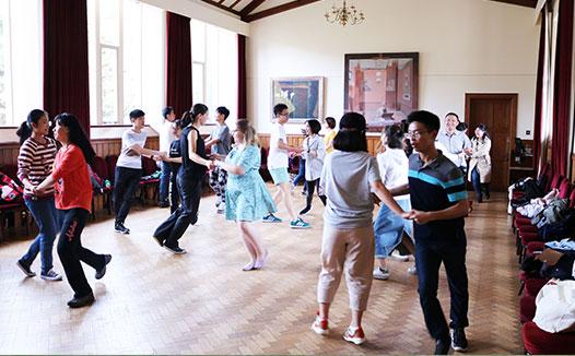 学生在跳舞